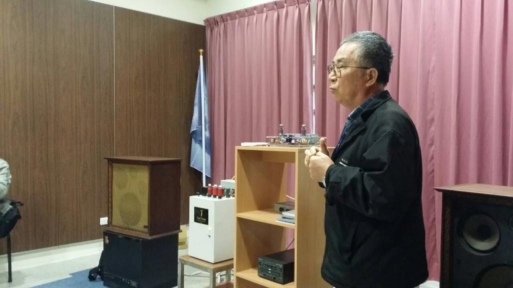 圖三、捐贈人陳坤志老師解說音響設備
