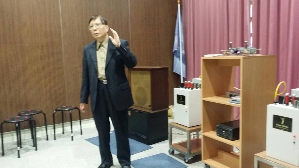 圖四、高傳真雜誌社總編輯蒲鴻慶先生設備導聆